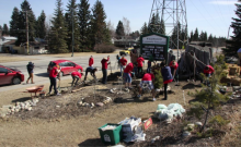 UofC students prepare a front garden bed for sheet mulching. (Photo: Marni Lingard)